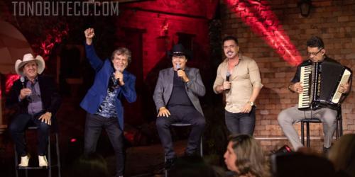 Trio Parada Dura canta 'Se For Passar Em Goiânia' com Matogrosso e Mathias