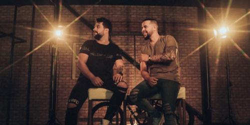 'Live In Cama' a nova música da dupla João Alyson e Adriano