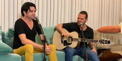 Eduardo Costa realiza sonho de fã cantor