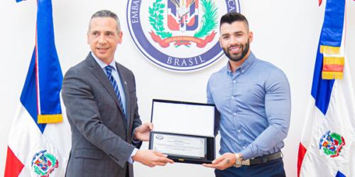 Gusttavo Lima é condecorado em Brasília pelo Embaixador da República Dominicana